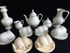 30 piece lot with white and cream-coloured tableware pieces, 4 x Wedgwood, 1 can Makkummer earthenware, 1 vase Royal Goedewagen.