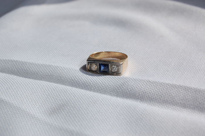 Trilogy ring with central sapphire and two old-cut diamonds measuring 3 mm or slightly more (approx.)
