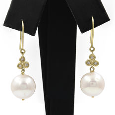 18 kt (750/1000) yellow gold - earrings - diamonds weighing 0.20 ct - freshwater pearls measuring 11.00mm (approx.) - earring 35.00mm (approx.).