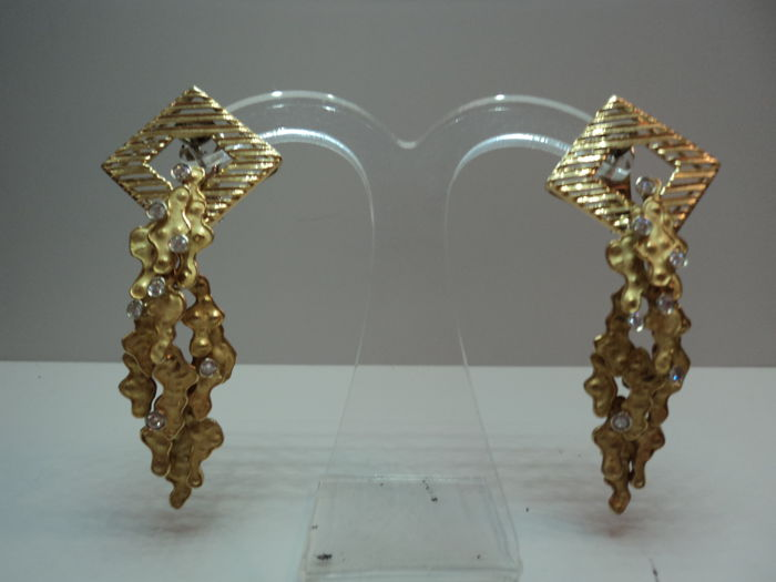Women's earrings in gold and diamonds