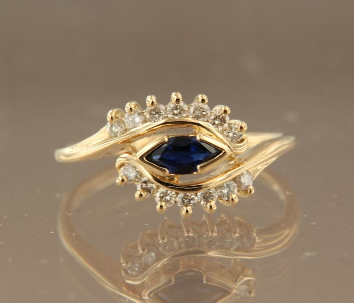 18 kt Gold ring with 0.80 ct marquise cut sapphire and 14 brilliant cut diamonds, 0.35 ct, ring size 17.25 (54)
