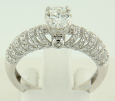14 kt white gold solitaire ring set with 0.63 ct brilliant cut diamond in the centre, and surrounding it are 106 brilliant cut diamonds 0.60 ct, ring size 17.5 (55)