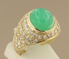 14 kt yellow gold ring with a cabochon-cut chrysoprase in the centre and an entourage of sixty brilliant-cut diamonds of 1.25 ct, ring size: 18 (56)