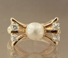 14 kt yellow gold ring set with cultured pearl and Bolshevik-cut diamond, ring size 18.5 (58)