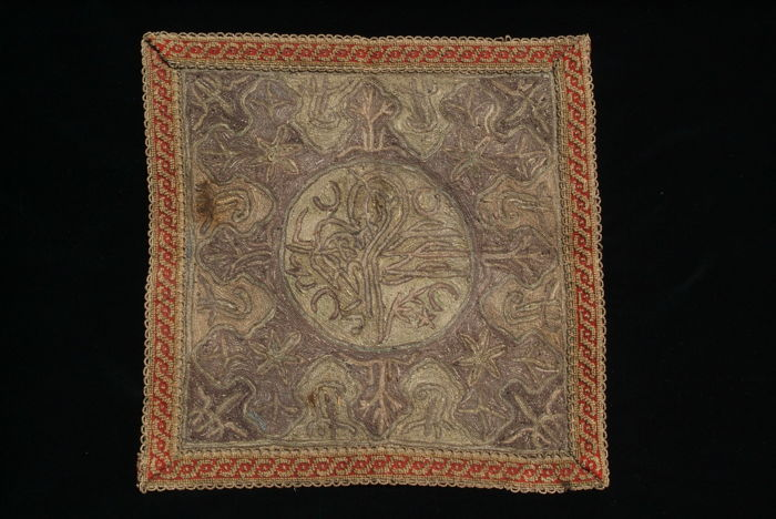 Ottoman: An embroidered cover with a Sultan's seal (tughra) in the centre (44 x 44 cm) – Turkey – 19th century