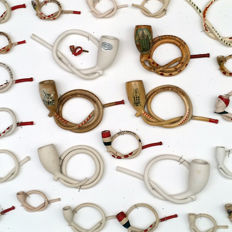 Beautiful collection of 25 curl pipes, clay pipes, from miniature to double curl (knot) - The Netherlands - 20th century.