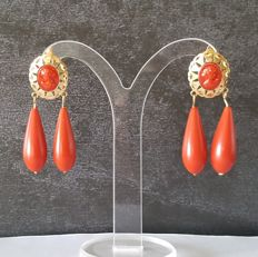 Earrings in 18 kt gold with coral – Length: 45 mm