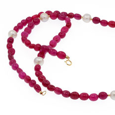 18k/750 yellow gold necklace with rubies and cultured pearls  - Length, 71 cm.