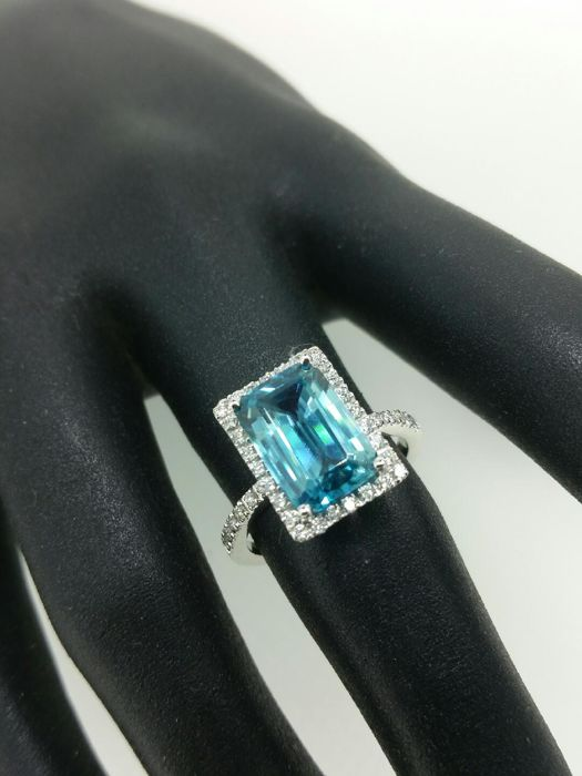 "White gold ring with blue Zircon and ""LAGON"" diamonds – 18 kt white gold – Size 55"