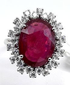 Gold ring with ruby, approx. 6.30 ct and diamonds, approx. 0.85 ct. Size: N (UK) / 6.75 (USA) / 17.1 mm.