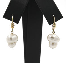 18 kt gold – Earrings – Pearls of 10 mm (approx) – Maximum height: 28.00 mm (approx.)