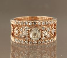 14 kt rose gold ring with centrally a 0.98 ct Bolshevik cut diamond and 34 single cut diamonds of 0.65 ct, ring size 17 (53)