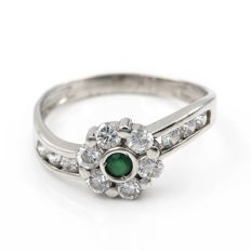 18 kt Gold - Ring - Diamonds, 0.90 ct - round cut emerald - Inner diameter of the ring: 17.80 mm.