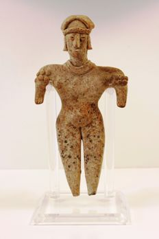 A pre-Columbian anthropomorphic earthenware figure - 20 cm high