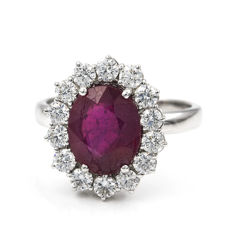 18 kt white gold - Ring with 14 brilliant-cut diamonds totalling 2 ct and one 1 ct ruby - Ring size: 19 (Spain)