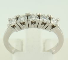 White gold row ring of 14 kt, set with 5 brilliant cut diamonds of approx. 0.75 ct in total, ring size: 18.5 (58)