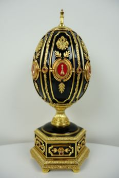 Fabergè imperial jewelled egg with mini chess set - Gold plated - Sterling silver - Red ruby - Black enamelled