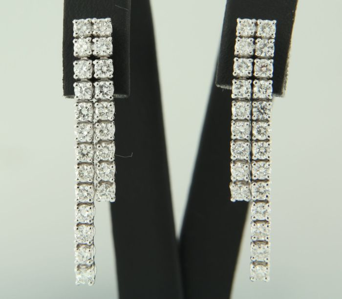 18k white gold earrings set with 44 brilliant cut diamonds, approx. 1.50 carat in total, size 3.0 cm long x 4.6 mm wide