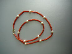 Necklace made of precious coral alternated by Akoya pearls, with a gold clasp.