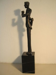 "Corry Ammerlaan van Niekerk - signed sculpture on marble base - ""De Genieter"""