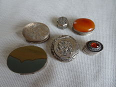 6 Silver pill boxes, of which 2 Dutch silver and 3 x with natural stone