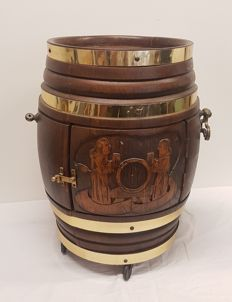 Beautiful wooden wine barrel, to use in wine bar or as piece of furniture - Movable on wheels