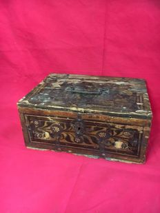 Beech wood painted box - dated 1669