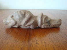 Taino - Greater Antilles - Amulette - zoomorphic lizard - sculpted, chiselled and polished brown stone - height 35 mm x width 125 mm