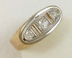 18 kt yellow gold ring with platinum and three diamonds of 0.24 ct. Weight: 4.08 g.