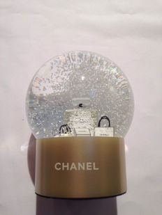 Chanel – globe with perfume and snow