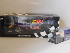 Minichamps - Scale 1/18-1/8 - Lot with 2 x Sebastian Vettel: 1 x model car & 1 x miniature helmet