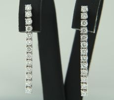 18k white gold dangle earrings set with 26 brilliant cut diamonds, approx. 0.94 ct in total, size 3.0 cm x 2.3 mm wide