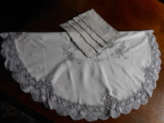 Round tablecloth with integrated lacework and 4 napkins.