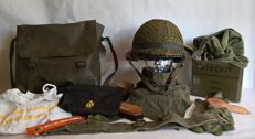 Very large Militairia lot: Complete indoor and outdoor helmet, backpack, torque belt, shooting gloves, brushes, etc etc - all original Militaria - The Netherlands - from 1977 / 2016