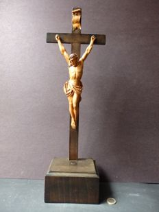 Refined carved large wooden crucifix - France - 1900-1920
