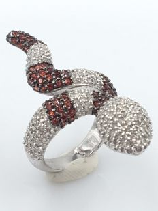 18 kt specially designed snake ring with a total of 3.35 ct of diamonds and rubies