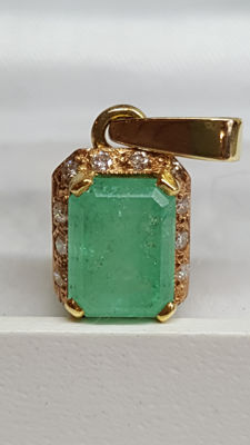 14 kt yellow gold pendant set with emerald and diamond