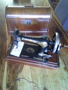 28 Singer sewing machine with case and original key, 1910