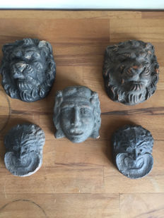 Lot of 5 artefacts featuring faces and lion heads - 100 x 80 mm
