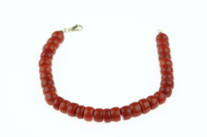 Old Dutch, red coral bracelet with 14 karat gold clasp, length: 19 cm