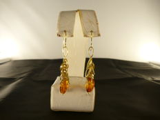 Earrings – 18 kt yellow gold and amber – Length, 5.8 cm.