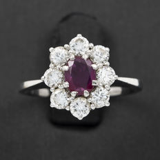 Ring in white gold with 8x brilliant-cut diamonds totalling 1.10 ct and a 0.90 ct ruby – size: 11.5 (Spain)