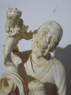 Large ivory statue, Lohan and animals, signed (18.5 cm) – China – circa 1900