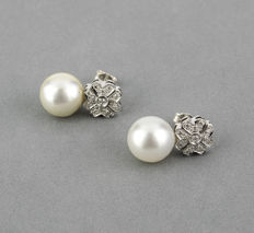 White gold earrings with brilliant cut diamonds and South Sea  pearls (Australian), ca. 10.60 mm (approx.)
