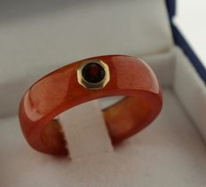 Agate ring set with garnet, inlaid with old - 17.25
