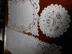 1 table runner and 2 cloths in lace ribbon