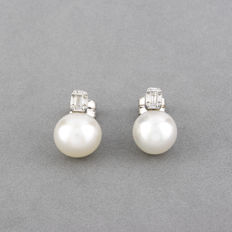 18 kt white gold – Earrings– Baguette cut diamonds – Australian South Sea pearls. Earring height: 15.80 mm
