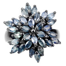 Star-shaped ring with natural Blue Sapphires