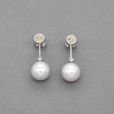 White gold (18 kt) – Long earrings – Brilliant cut diamonds – South Sea Australian pearls – Earring height: 27.70 mm
