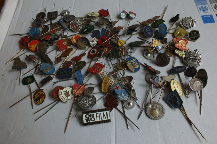 Collection of 1740 beautiful pins (one of 1940-1945)